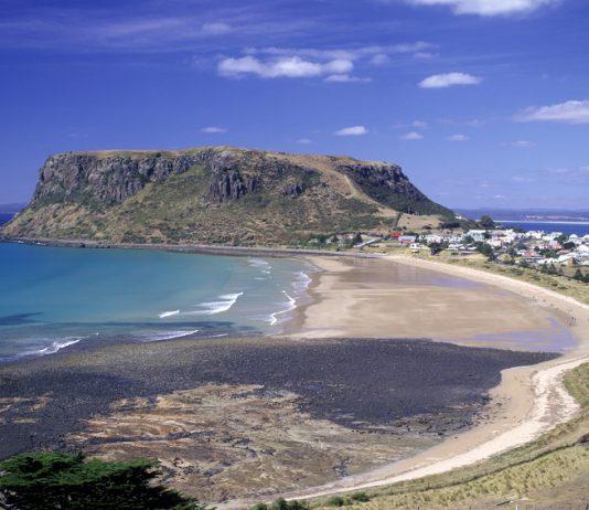 La ville de Stanley et la formation volcanique The Hut