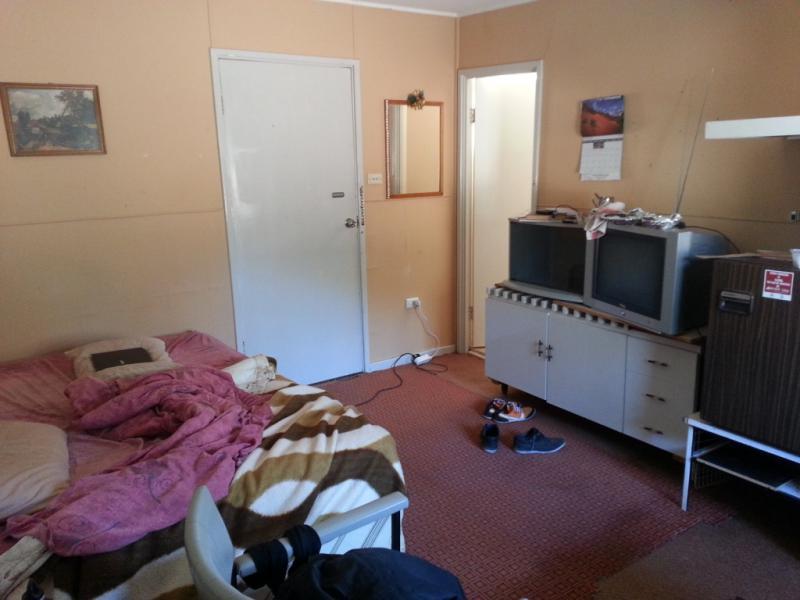 Ma chambre au motel. Elle fait office de salle de loisirs/cinéma faute de mieux!