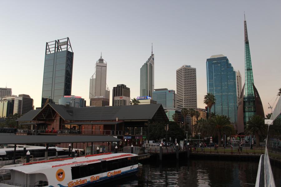 Prendre les transports en commun à Perth ça peut être ça: une belle vue de la ville depuis le ferry!