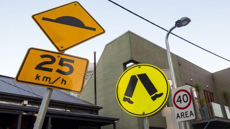 Trois panneaux de la circulation en Australie
