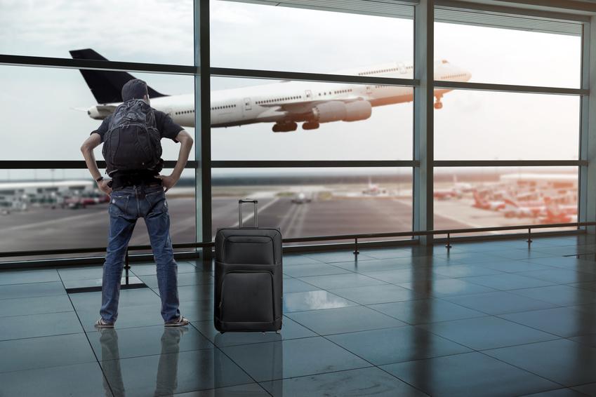 backpacker à l'aéroport