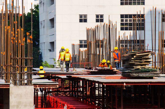 Des employés sur un site de construction