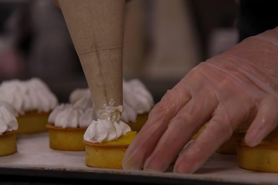 L'équipe de l'atelier de fabrication est française, il y a des postes à saisir aussi en cuisine