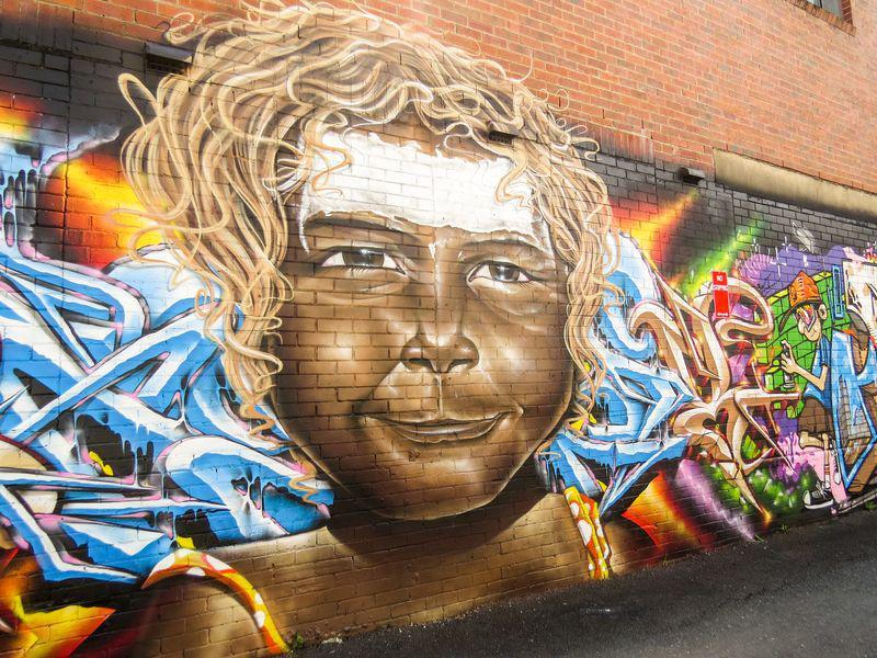 Graffiti d'un enfant aborigène devenant blanc