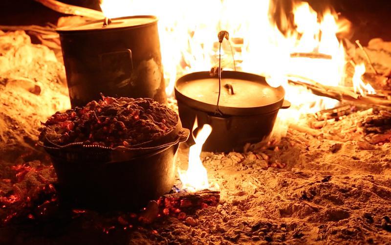 La cuisine au feu de camp dans le territoire du nord