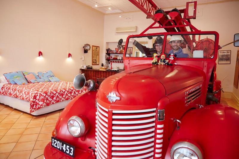 Authentique voiture de pompier dans la chambre !